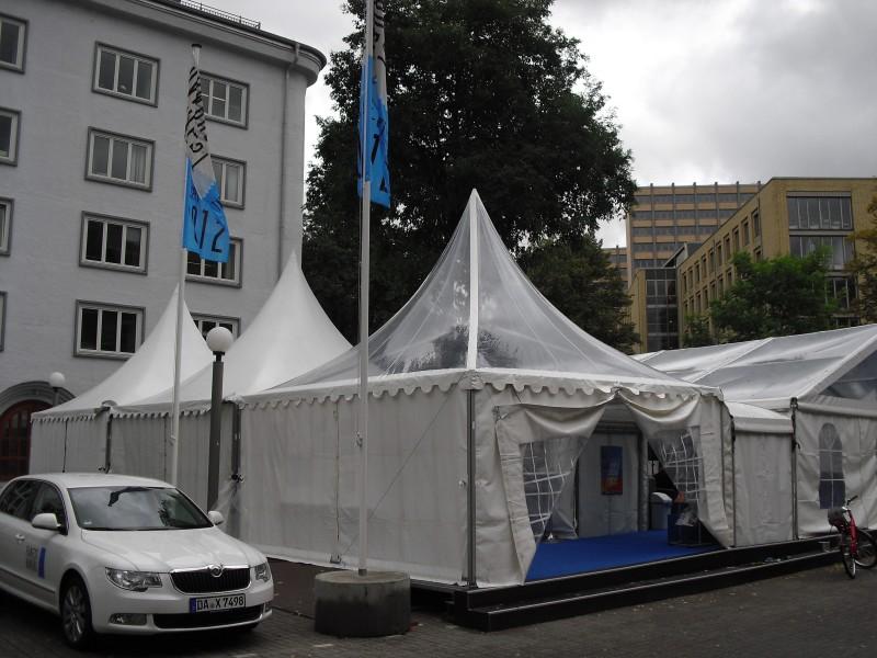 Das Festival-Zelt - wegen einer vorübergehenden Wettereintrübung gerade menschenleer...